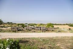 Pamukkale, Turkije Sarcophagi, die zich langs de weg, in het necropool van Hierapolis bevinden Royalty-vrije Stock Foto's