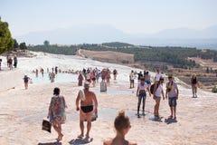PAMUKKALE, TURQUIE - 13 septembre 2015 : Les touristes considèrent les travertins avec des piscines et des terrasses chez Pamukka Image stock
