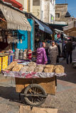 Pan árabe en venta en un mercado de Marruecos Fotos de archivo libres de regalías