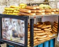 Pan árabe, panecillos en la calle en la ciudad vieja de Jerusalén Fotos de archivo libres de regalías