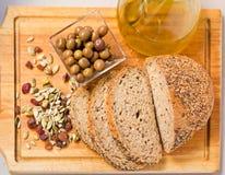 Pan, aceitunas, germen y aceite de oliva. Imagen de archivo