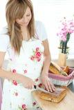 Pan alegre del corte de la mujer en la cocina Fotos de archivo