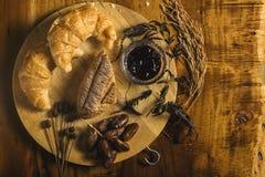 Pan, atasco, palma datilera, y trigo en de madera Foto de archivo
