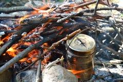 Pan auf einem Feuer Lizenzfreies Stockfoto