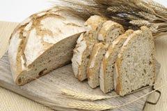 Pan blanco con las espigas de trigo Fotografía de archivo