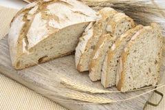 Pan blanco con las espigas de trigo Fotos de archivo libres de regalías