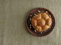 Pan blanco con las nueces en la placa de la arcilla imagen de archivo