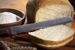 Pan blanco con un cuchillo imagenes de archivo