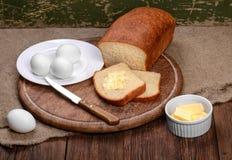 Pan blanco cortado el vida de la tabla del tablero de madera aún Fotografía de archivo libre de regalías