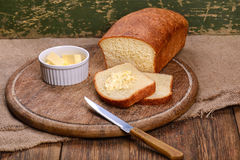 Pan blanco cortado el vida de la tabla del tablero de madera aún Fotos de archivo