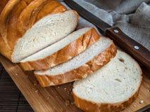 Pan blanco cortado en pedazos en un tablero de la cocina Imagenes de archivo