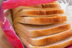 Pan blanco cortado en un embalaje plástico Imagen de archivo