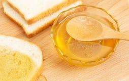 Pan blanco de la miel en la tabla Fotografía de archivo libre de regalías