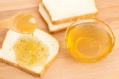Pan blanco de la miel en la tabla Foto de archivo libre de regalías
