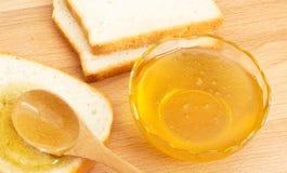 Pan blanco de la miel en la tabla Fotos de archivo libres de regalías