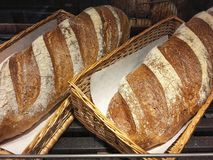 Pan blanco en cesta en venta foto de archivo