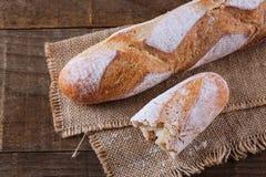 Pan blanco en fondo de madera rústico Fotografía de archivo