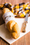 Pan blanco o baguette y cuchillo Foto de archivo libre de regalías