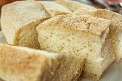 Pan blanco suave fresco con la corteza en una placa en una tabla de madera Fotografía de archivo