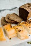 Pan blanco y gris recientemente cocido en tela gris oscuro con la semilla foto de archivo libre de regalías