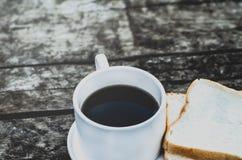 Pan blanco y vidrio colocados en la tabla en la mañana imagen de archivo libre de regalías