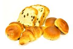 Pan, bollo y cruasán en el fondo blanco Fotografía de archivo libre de regalías