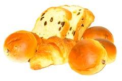 Pan, bollo y cruasán en el fondo blanco Fotografía de archivo