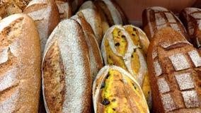 Pan, bollos y otros productos de la panader?a del color de oro en estantes de una tienda en el movimiento almacen de video