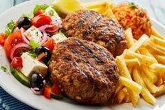 Pan-in brand gestoken bifteki of frikadelle met Griekse salade royalty-vrije stock foto's