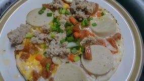 Pan in brand gestoken eieren met bovenste laagjes, het menu van het volledig-energieontbijt Stock Foto's