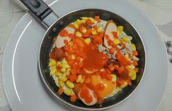 Pan in brand gestoken eieren met bovenste laagjes, het menu van het volledig-energieontbijt Royalty-vrije Stock Afbeelding