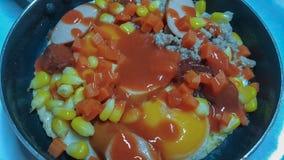 Pan in brand gestoken eieren met bovenste laagjes, het menu van het volledig-energieontbijt Royalty-vrije Stock Foto
