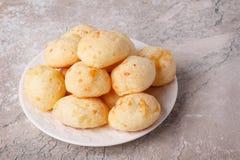 Pan brasileño del queso del bocado (pao de queijo) en la placa fotografía de archivo libre de regalías