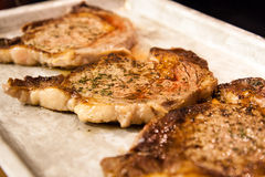 Pan briet Steaks in Pan Stockfoto