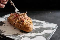 Pan caseoso cocido fresco del tir?n aparte, con ajo y mantequilla de hierbas imagen de archivo libre de regalías