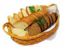 Pan, centeno y trigo en una cesta. Foto de archivo libre de regalías
