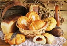 Pan cocido al horno en el vector de madera Foto de archivo