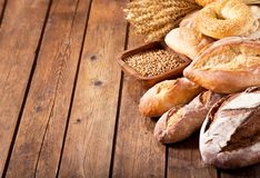 Pan cocido fresco con los oídos del trigo Fotografía de archivo libre de regalías