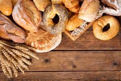 Pan cocido fresco con los oídos del trigo, visión superior Foto de archivo libre de regalías
