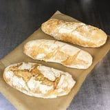 Pan cocido fresco en papper fotos de archivo