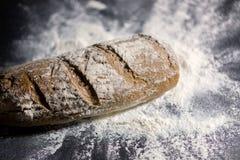 Pan completamente cocido en la harina Imagenes de archivo