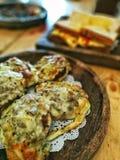 Pan con carne de vaca y queso imagenes de archivo