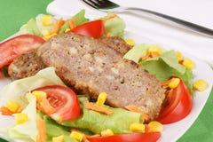 Pan con carne y ensalada Foto de archivo