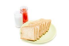 Pan con el atasco de la leche en el tiro blanco del estudio fotografía de archivo