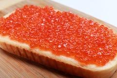 Pan con el caviar rojo Fotos de archivo