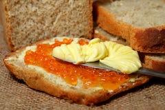 Pan con el caviar y la mantequilla rojos Imágenes de archivo libres de regalías