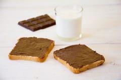 Pan con el chocolate y la leche Imagen de archivo libre de regalías