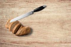 Pan con el cuchillo en fondo de madera Tiro de la visi?n superior fotos de archivo