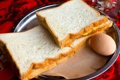 Pan con el huevo, desayuno Fotografía de archivo libre de regalías