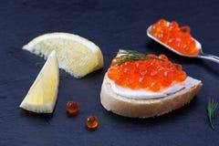 Pan con el queso cremoso fresco y el caviar rojo Imágenes de archivo libres de regalías